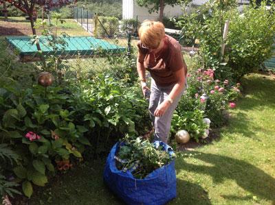 meine Schwägerin bei der Gartenarbeit